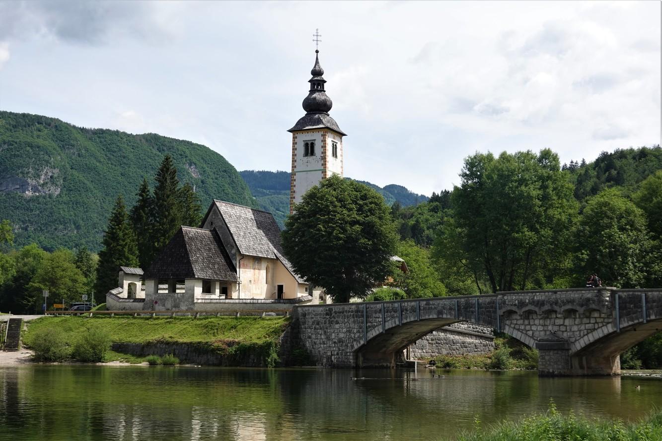 Kostel sv. Jana Křtitele v obci Ribčev Laz na břehu Bohinjského jezera