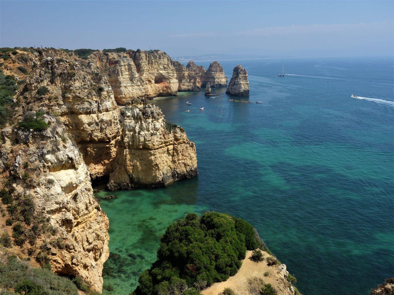 Okrové skály na pobřeží Algarve