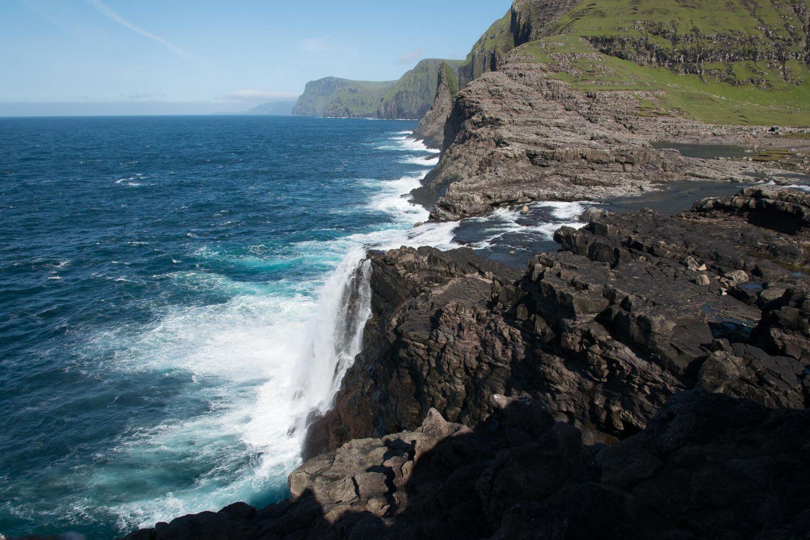 Vodopád Bosdalafossur padá přímo do Atlantiku