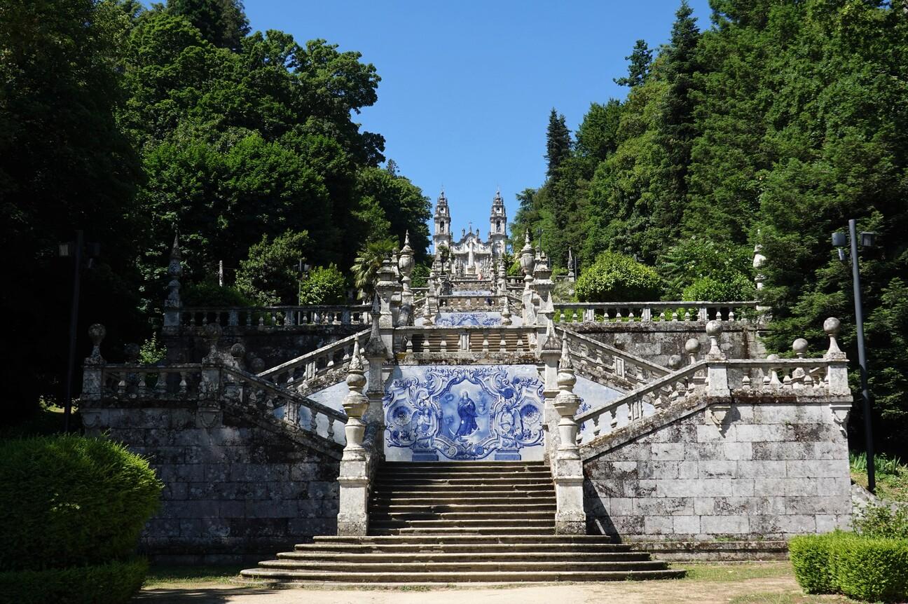 Impozantní schodiště ke kostelu Nossa Senhora dos Remédios ve městě Lamego