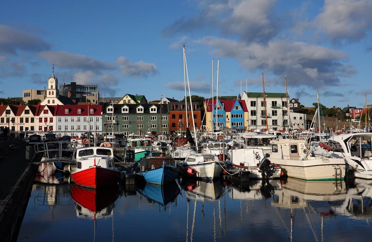 Přístav v Tórshavnu hraje všemi barvami