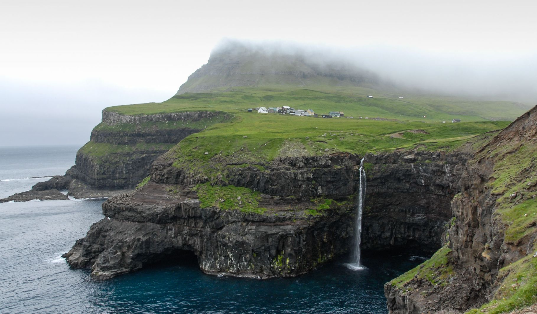Vodopád Múlafossur u vesnice Gásadalur
