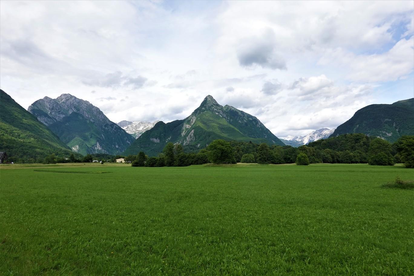 Typická krajina slovinských dolin v oblasti Bovce