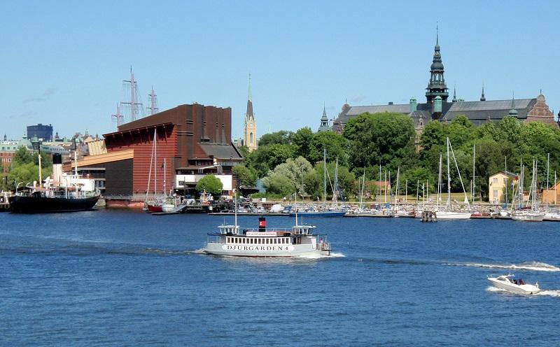 Muzeum lodi Vasa vlevo a Nordické muzeum vpravo