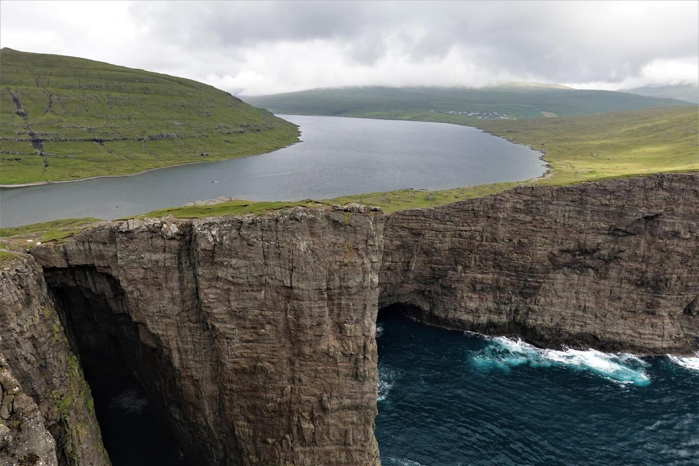 Jezero Sorvágsvatn a okolní útesy