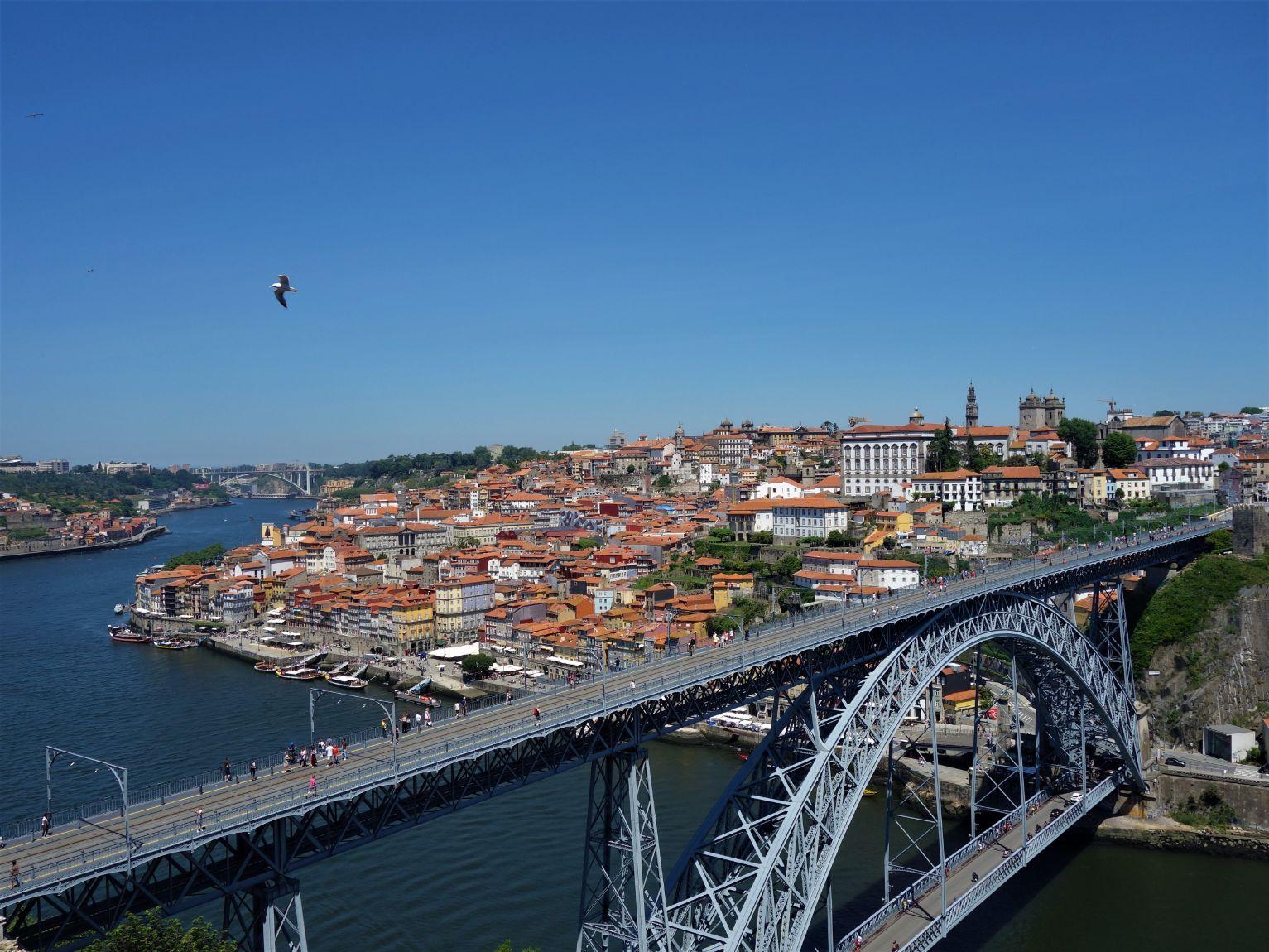 Monumentální Eiffelův most přes řeku Douro v Portu