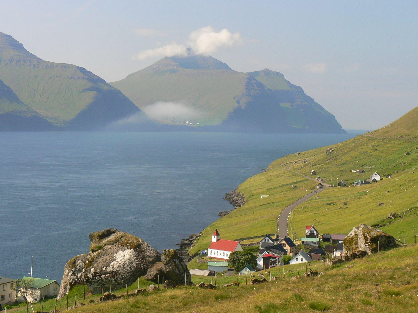 Silnice na Faerských ostrovech lemují členité pobřeží