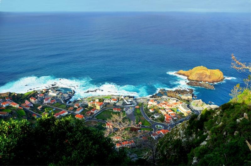 Malebná vesnička Porto Moniz s lávovými bazény.