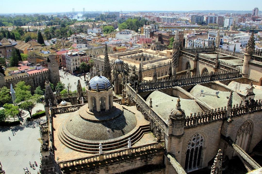 Pohled na katedrálu z věže zvonice La Giralda v Seville