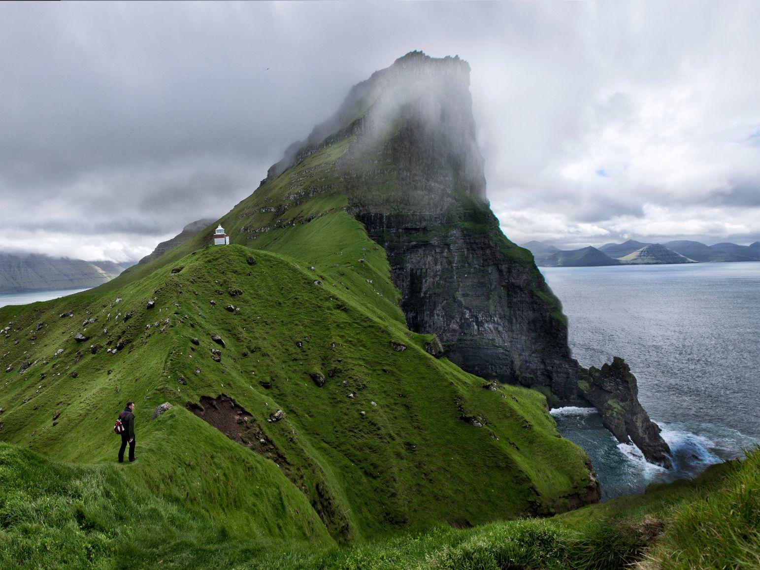 Maják Kallur na ostrově Kalsoy