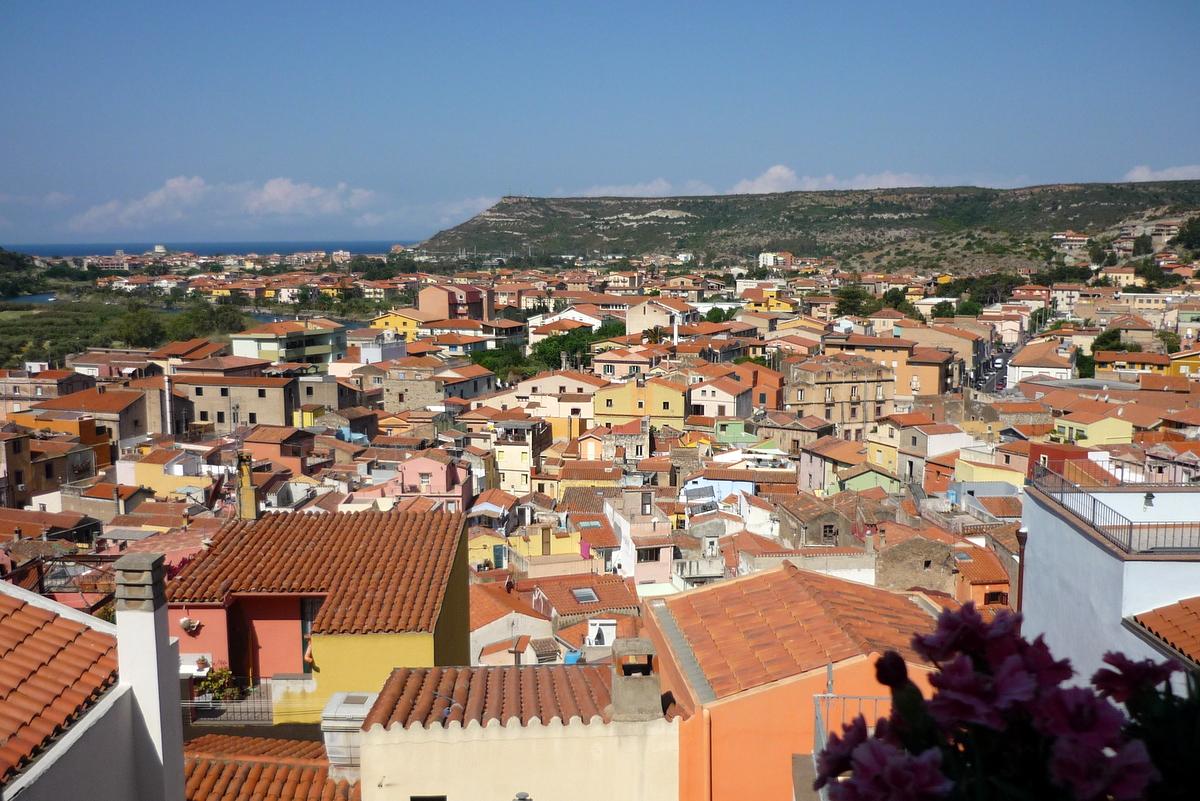 Střechy barevných domů městečka Bosa