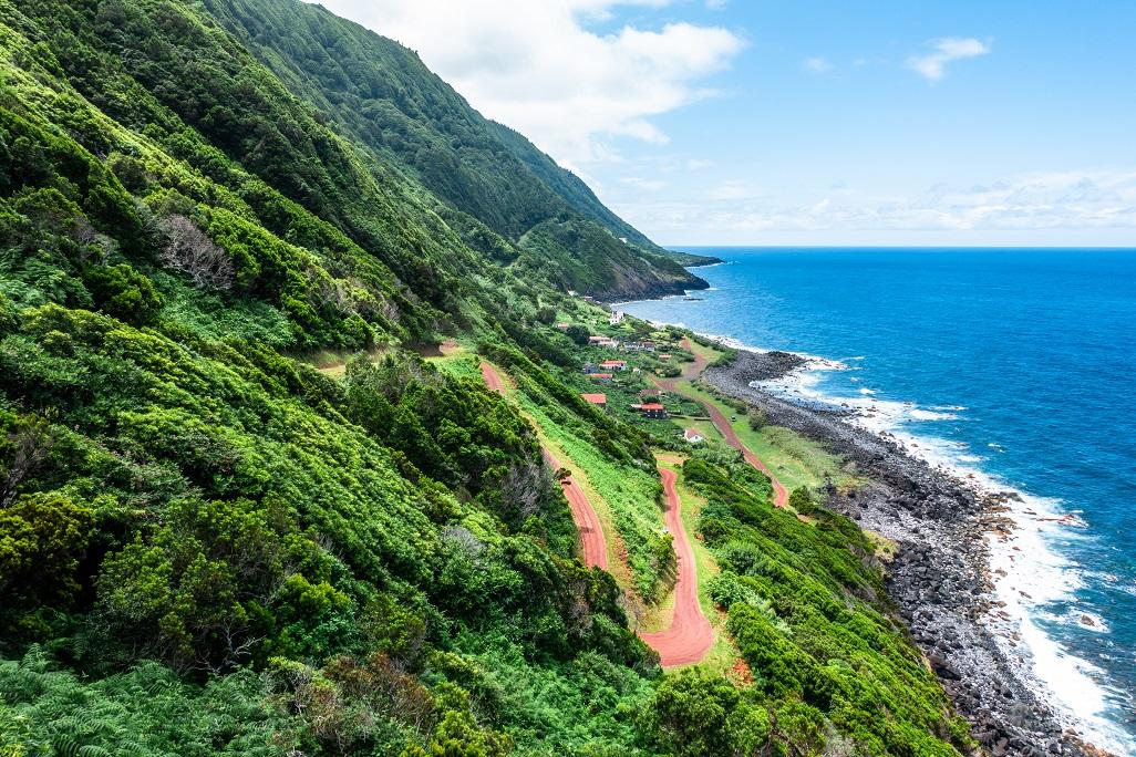 Strmé svahy na severním pobřeží ostrova Sao Jorge