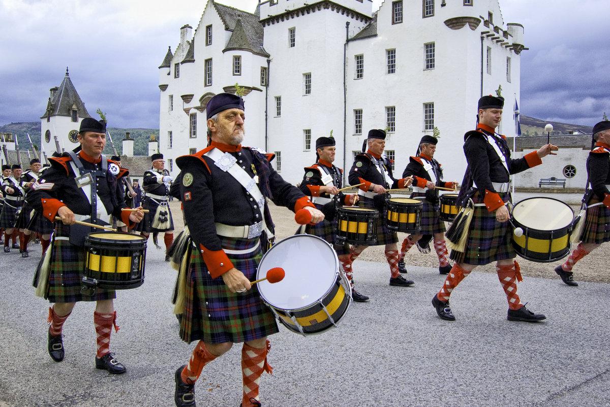 Skotsko vojenská kapela při Blair Atholl Gathering