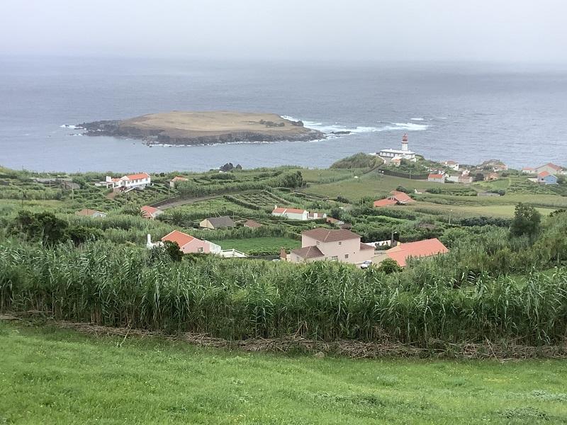 Všudypřítomné azorské výhledy; zde na ostrůvek u ostrova Sao Jorge