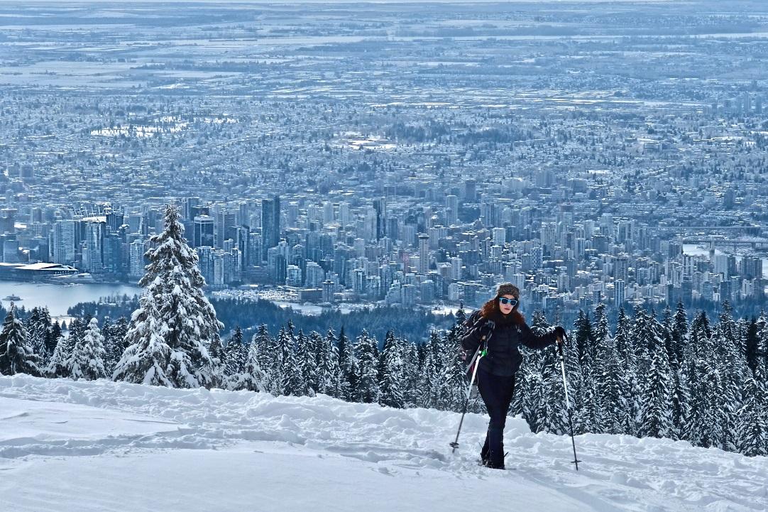 Zimní výhled na downtown Vancouveru z hory Cypress Mountain