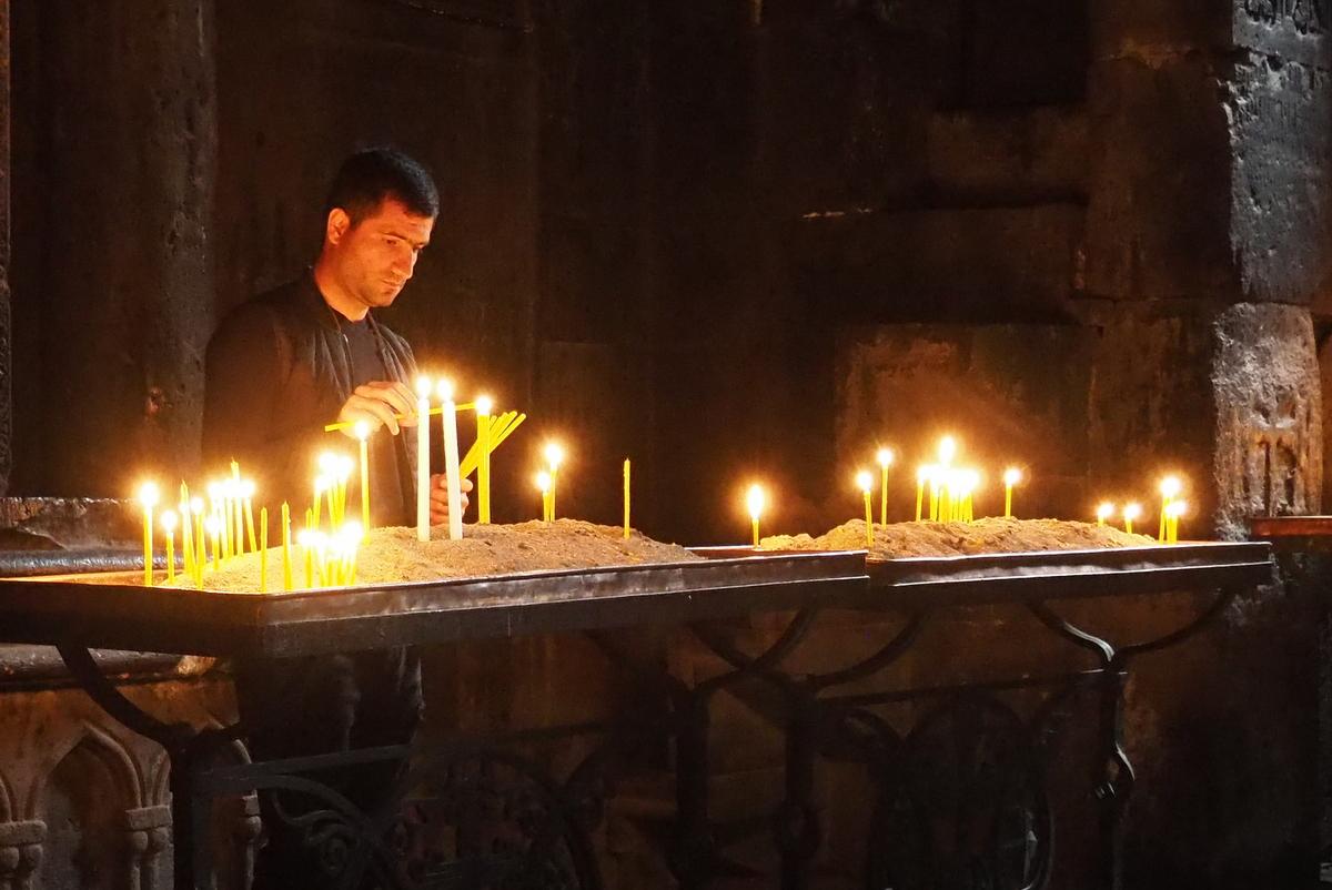 Zapalování svíček v klášteře