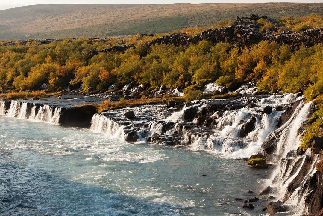 Vodopád Hraunfossar vytékající z pod lávy