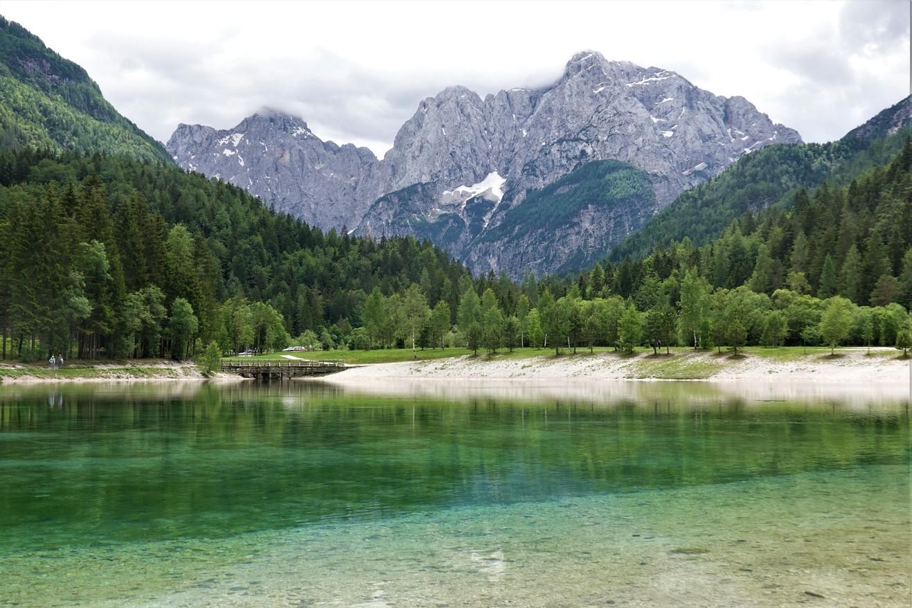 Jezero Jasna a v pozadí Julské Alpy