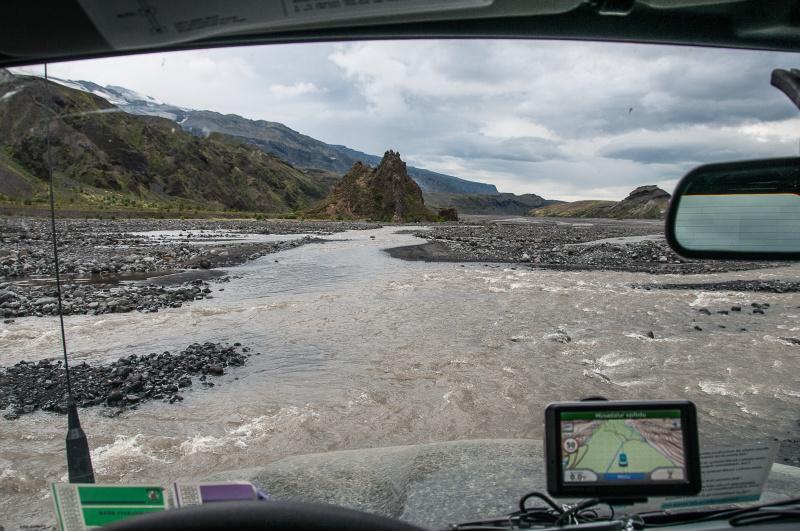 Brodění islandské řeky s pomocí navigace