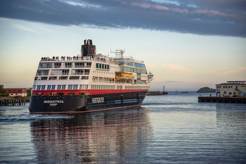 Hurtigruten vyráží z přístavu Svolvaer