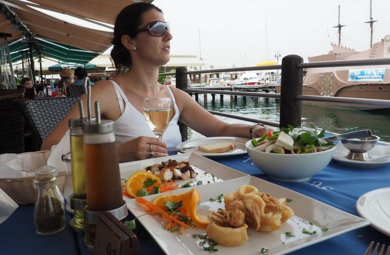 Čerstvé plody moře v přístavu Pafos
