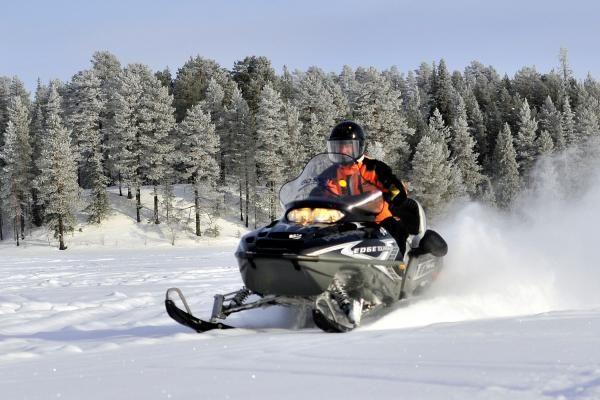 Jízda na sněžném skútru je turisty vyhledávaným zážitkem