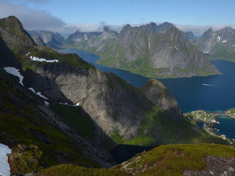 Lofoty, výhled na obec Reine a fjord