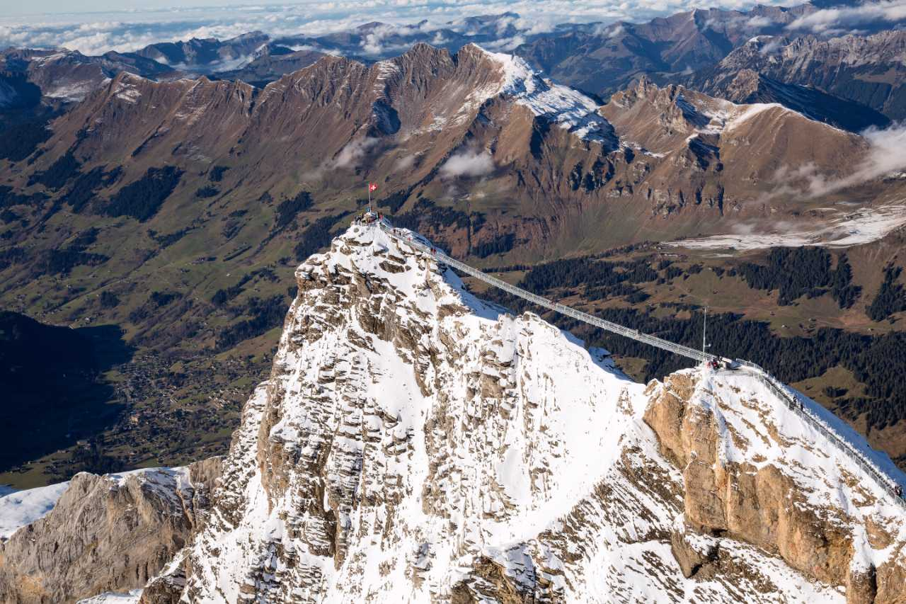 Visutá lávka spojuje ve výšce 3 000 m dva skalnaté vrcholy