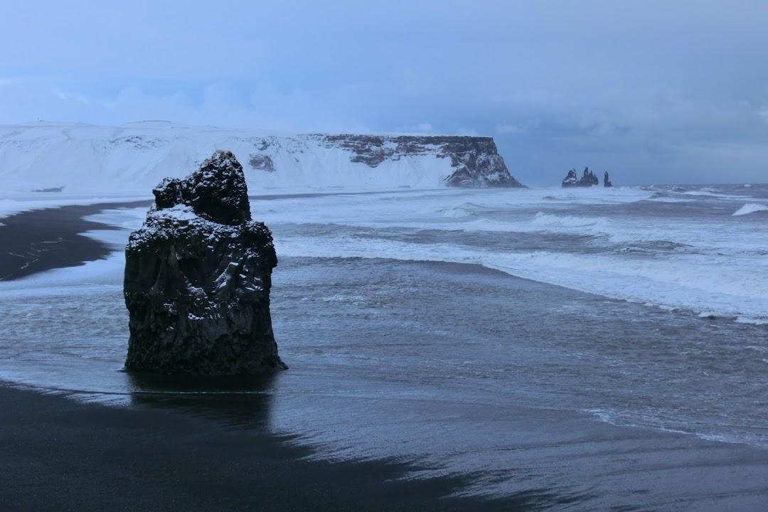 Pláž u Víku je typická černým podložím