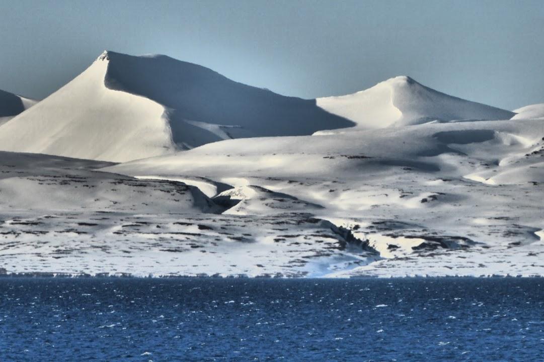 Pohled na zasněžené pobřeží Špicberk