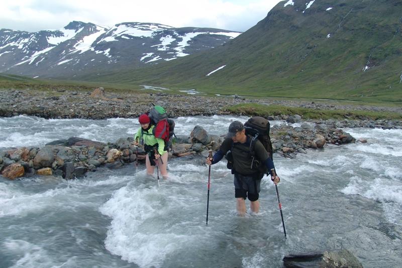 Přebrodění řeky ve švédském NP Sarek