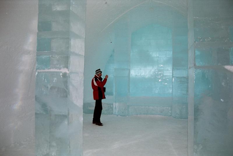 Prohlídka společenských prostor ledového hotelu