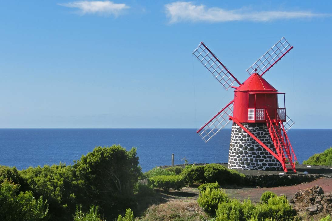 Větrný mlýn na pobřeží