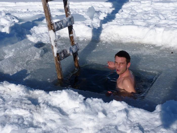 Cestovali svámi / Zimní aktivita zdarma - koupel vzamrzlé řece, zde novinář Tomáš Poláček na stopu vzimním Laponsku